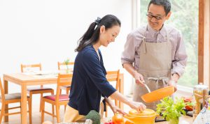 料理する夫婦
